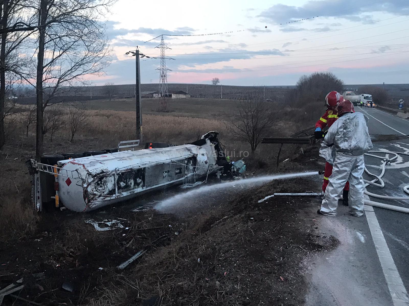Autotren cu benzină, răsturnat la ieșirea din Huși