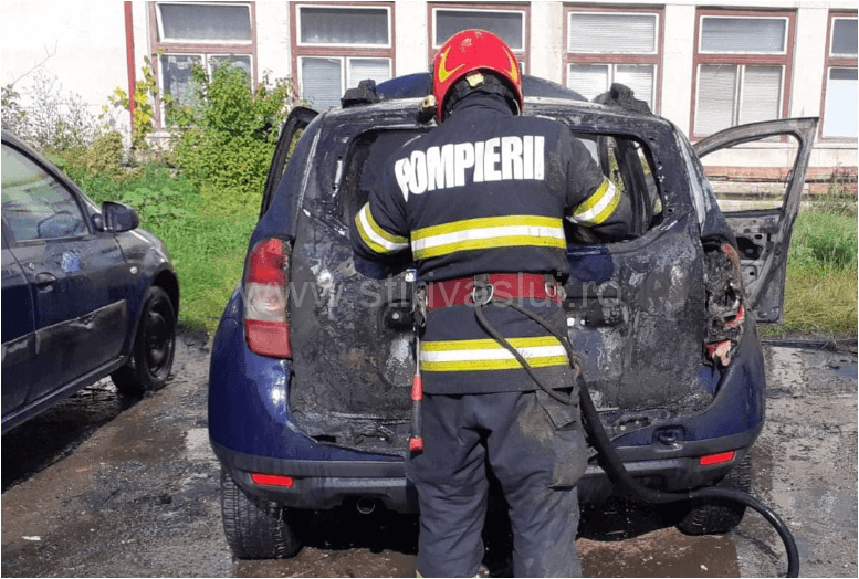 Autoturism staționat în curtea APIA Vaslui, distrus de flăcări