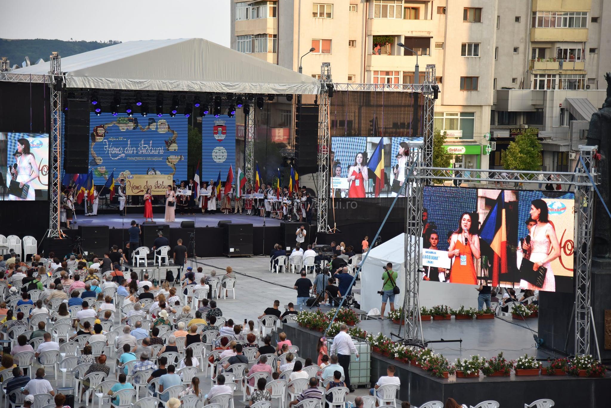 """Muzică, dans și voie bună în prima zi a Festivalul Internațional de Folclor """"Hora din străbuni"""""""