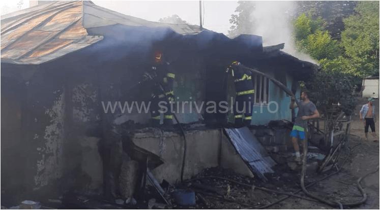 Incendiu la casă din Vutcani. În interior erau două butelii pline