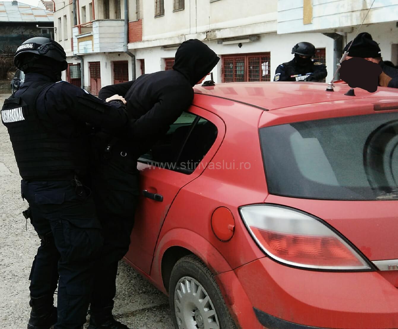 Prins în flagrant în timp ce spărgea o mașină