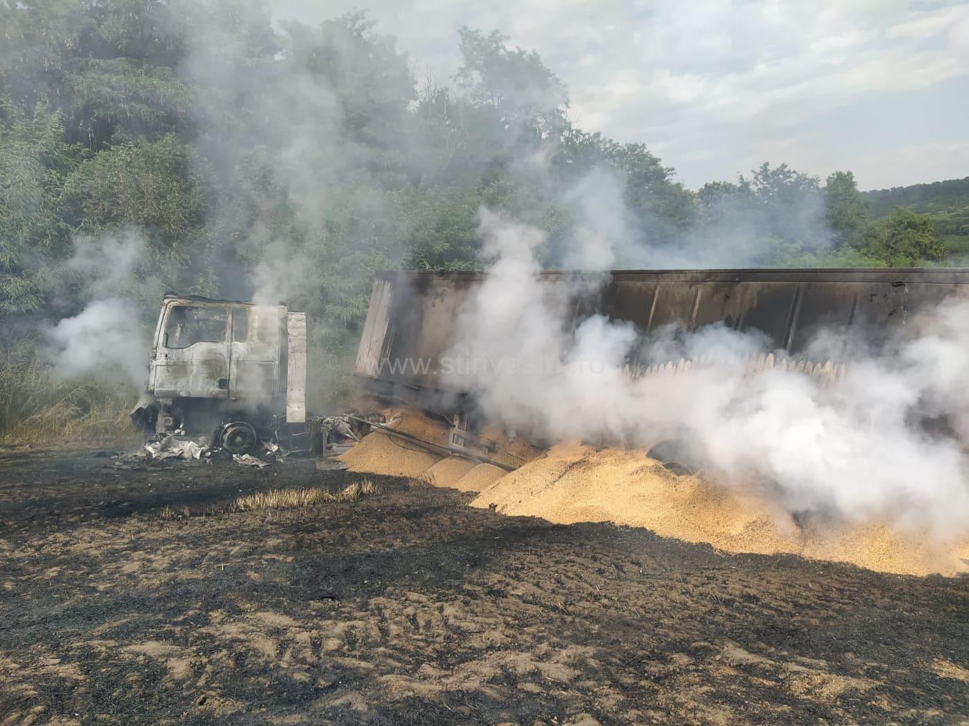 Un autocamion răsturnat într-un lan de grâu a produs un incendiu de proporții, la Bunești