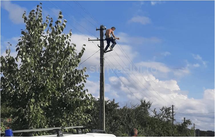 Un bărbat amenință că se aruncă în gol de pe un stâlp, după ce s-a automutilat