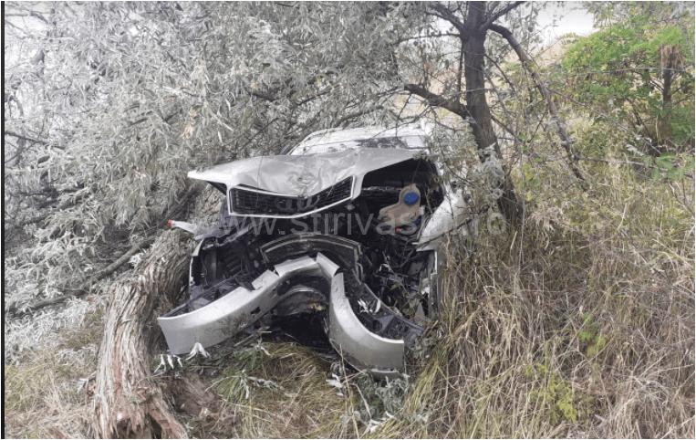 Autoturism puternic avariat și două persoane rănite, la Ivești